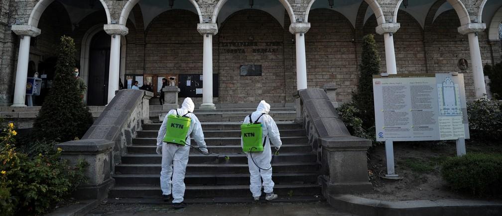 Trabajadores rocían desinfectante fuera de la iglesia de San Nedelya, después del brote de la enfermedad coronavirus (COVID-19), antes de los servicios del Domingo de Ramos Ortodoxo en Sofía, Bulgaria, el 11 de abril de 2020.