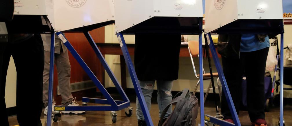 People cast their ballots in Manhattan, New York, U.S., November 6, 2018. REUTERS/Caitlin Ochs - RC1310896980
