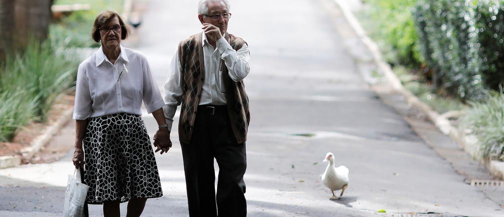 A couple walks in Agua Branca Park in Sao Paulo, Brazil November 9, 2017.  REUTERS/Nacho Doce - RC11B0525300