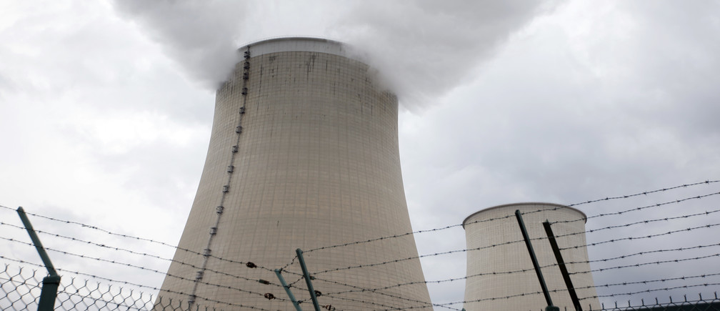 Steam rises from the cooling towers of the Electricite de France (EDF) nuclear power station at Nogent-Sur-Seine, France, November 13, 2015. The nuclear industry argues world leaders at the COP21 conference in Paris next week should not have to choose between nuclear and renewables but between low-carbon energy, including nuclear, and fossil fuels. Paris will host the World Climate Change Conference 2015 (COP21) from November 30 to December 11. Picture taken November 13, 2015.   REUTERS/Charles Platiau - PM1EBBN183T01