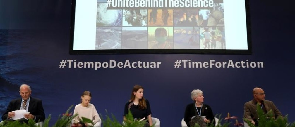 Climate change activists Greta Thunberg, Luisa Neubauer and Emeritus Professor of International Environmental Policy and Founding Director of the Center for International Environment and Resource Policy at The Fletcher School William Moomaw attend the Unite Behind the Science event during COP25 climate summit in Madrid, Spain, December 10, 2019. REUTERS/Sergio Perez - RC28SD9QLD8O