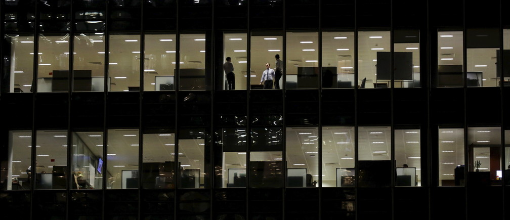 Workers are seen in office windows in the financial district of Canary Wharf in London November 3, 2015.       REUTERS/Kevin Coombs    - GF20000044453
