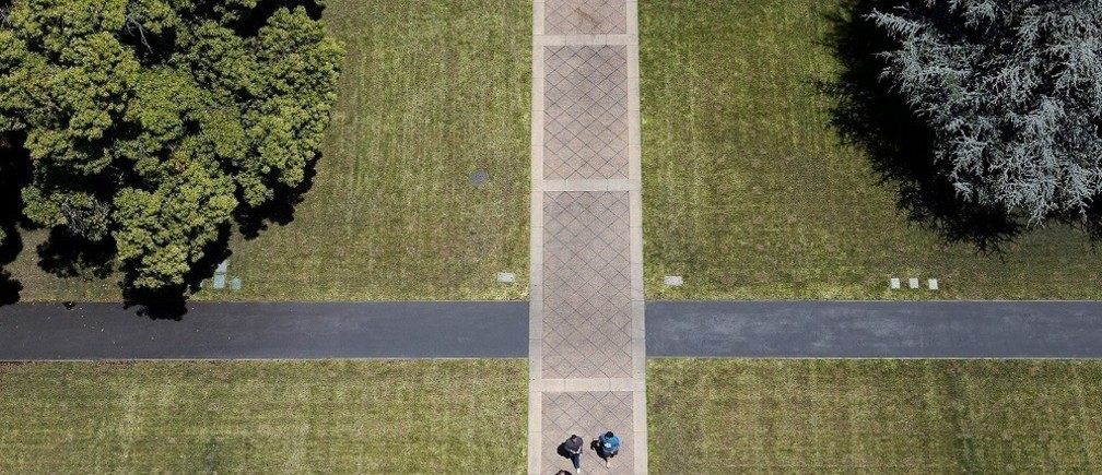 Pedestrians walk through campus, as seen from atop Hoover Tower, at Stanford University in Stanford, California May 9, 2014. REUTERS/Beck Diefenbach (UNITED STATES - Tags: EDUCATION) - RTR3OIVV