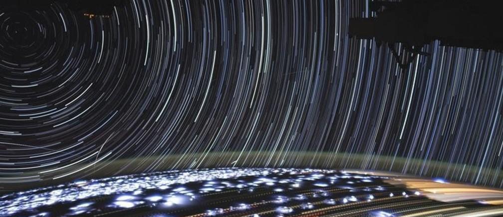 Haces de luz de las estrellas en el espacio y de distintas fuentes de la Tierra se ven en este time-lapse tomado durante la órbita de Namibia en el mar Rojo, Estación Espacial Internacional. Imagen de noviembre de 2019.
