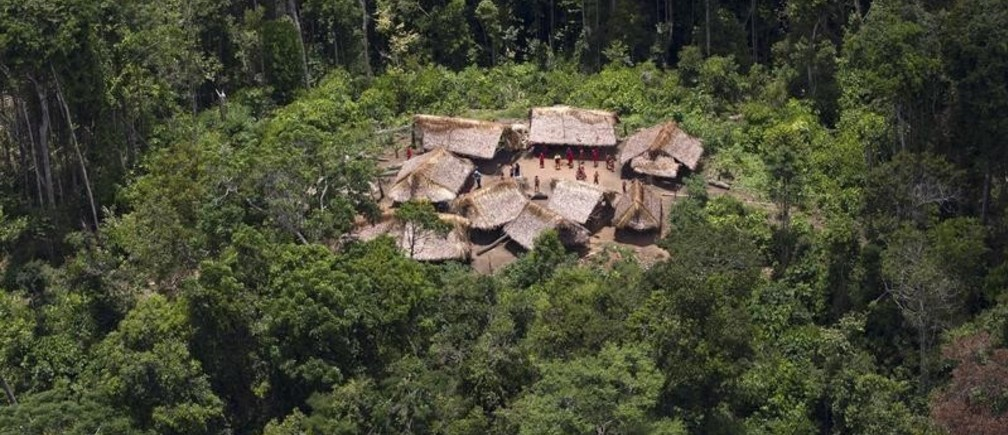 An aerial view shows the Yanomami Indian community of Irotatheri, in the southern Amazonas state of Venezuela, just 19km (12 miles) from Brazil's border, during a government trip for journalists, September 7, 2012. The Venezuela government and indigenous groups are disputing whether an alleged massacre of Amazon villagers took place after the government said it found no evidence of an attack. A group representing the Yanomami tribe last week said that Brazilian gold miners had crossed the border and attacked a village from a helicopter. Venezuelan officials said over the weekend that flyovers of the area led them to believe that the allegations were false. Picture taken September 7, 2012. REUTERS/Carlos Garcia Rawlins (VENEZUELA - Tags: POLITICS SOCIETY) - RTR37PX5