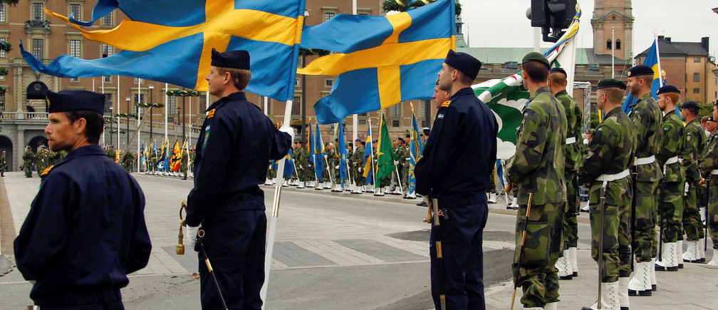 FILE PHOTO: Swedish armed forces soldiers attend a rehearsal  in front of the Royal Palace in Stockholm, Sweden June 18, 2010. Sweden's centre-left government will decide on Thursday March 2, 2017 to reintroduce military conscription next year, amid lingering difficulties filling the ranks on a voluntary basis and a more uncertain security situation, public broadcaster SR reported. REUTERS/Fabrizio Bensch/File Photo - RTS1139V