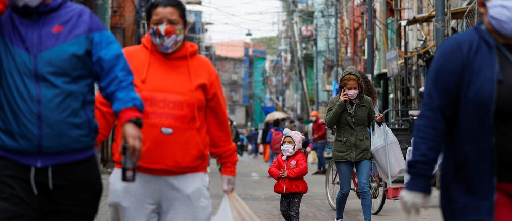 Una niña con una máscara facial protectora camina a lo largo de la Villa 31, mientras continúa la propagación de la enfermedad coronavirus (COVID-19), en Buenos Aires, Argentina, el 6 de mayo de 2020.