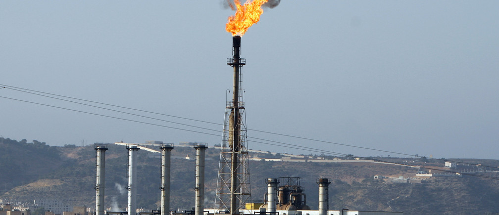 A view of a liquefied petroleum gas refinery in Arzew near the western city of Oran July 30, 2007. REUTERS/Zohra Bensemra (ALGERIA) - RTXDFMN