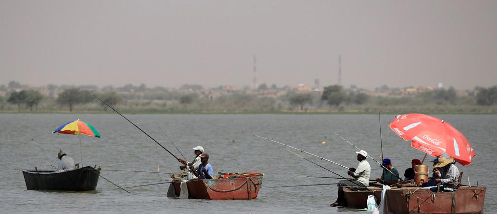 Men fish at Nile River during a hot weekend near Jebel Aulia, Sudan, May 3, 2019. REUTERS/Umit Bektas - RC1FC8FD0130