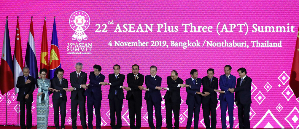 Asean leaders shake hands with Japan's Prime Minister Shinzo Abe, Chinese Premier Li Keqiang and South Korea's President Moon Jae-in during the 22nd ASEAN Plus Three Summit in Bangkok, Thailand, November 4, 2019. REUTERS/Athit Perawongmetha - RC169B5868A0
