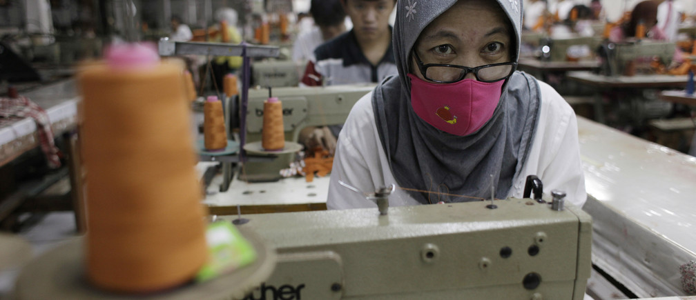 A worker makes clothes in a factory at Cakung, a small industrial settlement in Jakarta August 6, 2012. Indonesia's economic growth surprisingly picked up in the second quarter of this year, signalling that Southeast Asia remains resilient to the global slowdown. Indonesia's statistics bureau said gross domestic product growth last quarter was 6.4 percent from a year earlier against 6.3 percent in the first quarter, helped by domestic consumption and investment. GDP grew by 2.8 percent on a quarterly basis, although the figures are not seasonally adjusted. REUTERS/Beawiharta (INDONESIA - Tags: BUSINESS TEXTILE) - RTR368WA