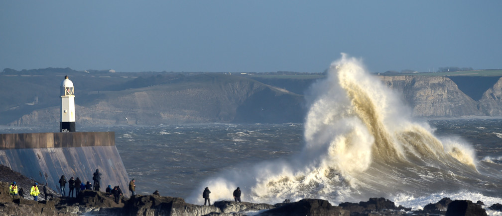 Waves crash over the lighthouse as gale winds are affecting parts of Wales, in Porthcawl, February 23, 2017. REUTERS/Rebecca Naden - RC1548C823E0