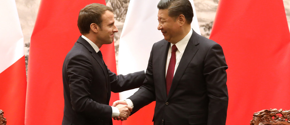 French President Emmanuel Macron (L) and Chinese President Xi Jinping shake hands during a press conference in Beijing, China, January 9, 2018. REUTERS/Ludovic Marin/Pool - RC1ABE171C00