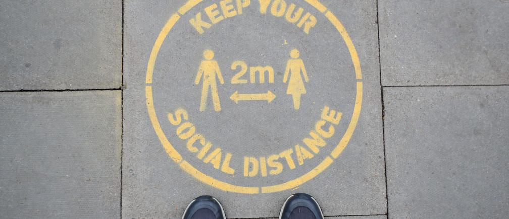 Una señal de distancia social se ve en una acera en Harpenden, tras el brote de la enfermedad coronavirus (COVID-19), Harpenden, Gran Bretaña, 12 de junio de 2020.