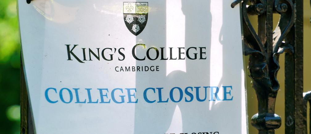Un cartel en el Kings College de Cambridge, anunciando su cierre en marzo, se exhibe en las puertas de la universidad en medio del nuevo brote de coronavirus, en Cambridge, Gran Bretaña, el 20 de mayo de 2020.