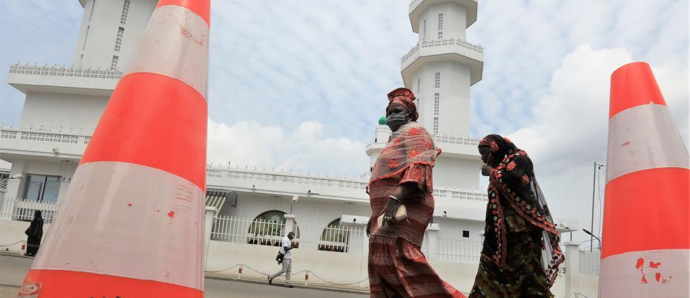 Las mujeres caminan en la calle, en medio de la propagación de la enfermedad coronavirus (COVID-19), en Koumassi un barrio de Abidjan, Costa de Marfil, el 24 de abril de 2020.
