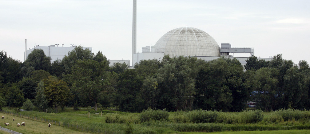 The Unterweser nuclear power plant is pictured in Stadland (Rodenkirchen) near Bremerhaven July, 23 2007. REUTERS/Morris Mac Matzen (GERMANY) - RTR1S6V9