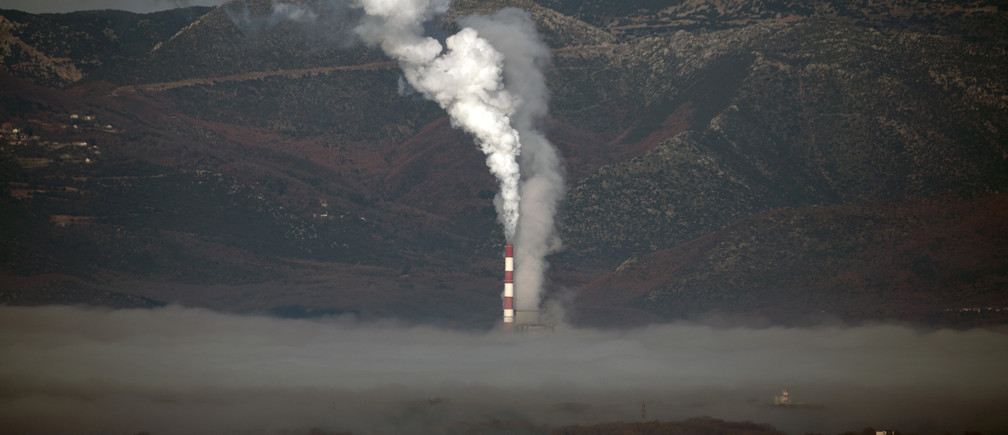 A coal-fired power plant is partially covered by morning fog, next to the town of Megalopoli, Greece, March 11, 2020. REUTERS/Alkis Konstantinidis - RC2RHF9EGN0S