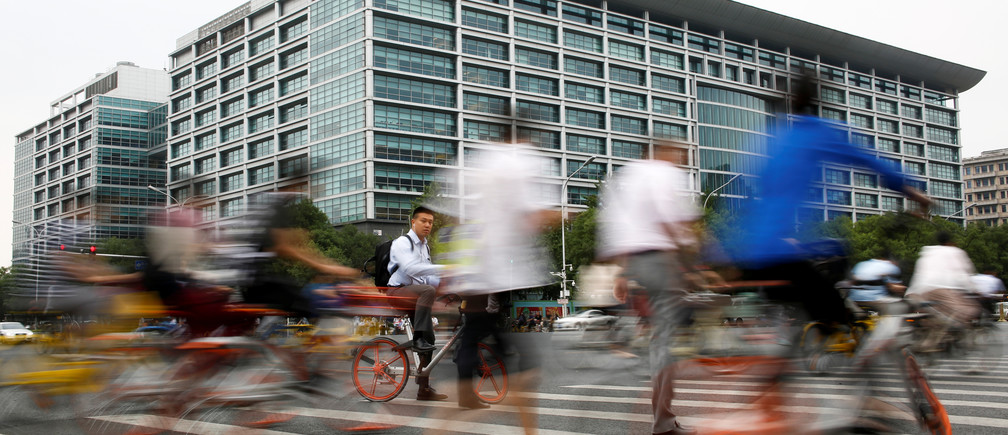 People walk past the headquarters of the ICBC bank in Beijing, China June 12, 2017.  Picture taken June 12, 2017.   REUTERS/Thomas Peter - RTS19X4O