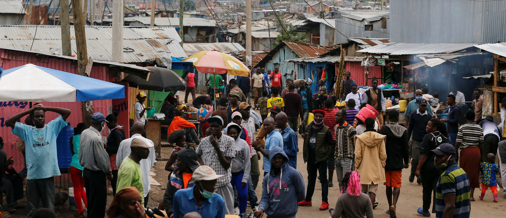 Residents gather along the streets of Mathare Valley slums amid the spread of the coronavirus disease (COVID-19) in Nairobi, Kenya April 19, 2020. REUTERS/Thomas Mukoya - RC2R7G9NRSUL