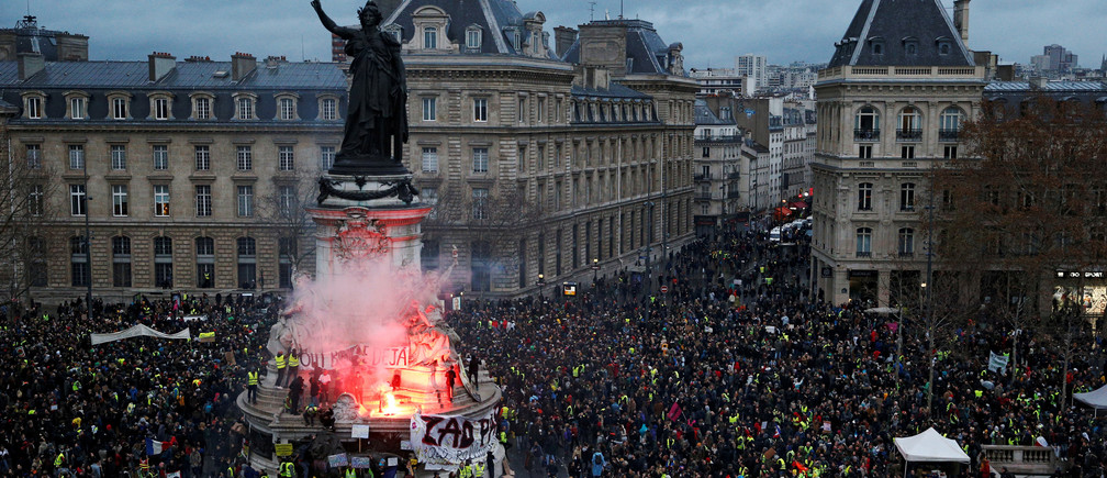 "A view of the Place de la Republique as protesters wearing yellow vests gather during a national day of protest by the ""yellow vests"" movement in Paris, France, December 8, 2018. REUTERS/Stephane Mahe     TPX IMAGES OF THE DAY - RC1527268ED0"