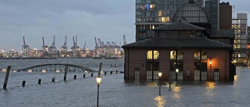 The famous landmark fish market in the harbour of Hamburg is pictured flooded, January 31, 2013. REUTERS/Fabian Bimmer (GERMANY - Tags: ENVIRONMENT CITYSPACE)
