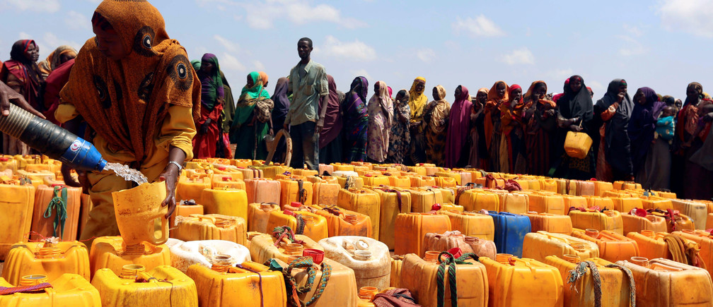 Internally displaced Somali women gather with their jerrycans to receive water at a distribution centre organized by a Qatar charity after fleeing from drought stricken regions in Baidoa, west of Somalia's capital Mogadishu, April 9, 2017. REUTERS/Feisal Omar     TPX IMAGES OF THE DAY - RC13B6EDF770