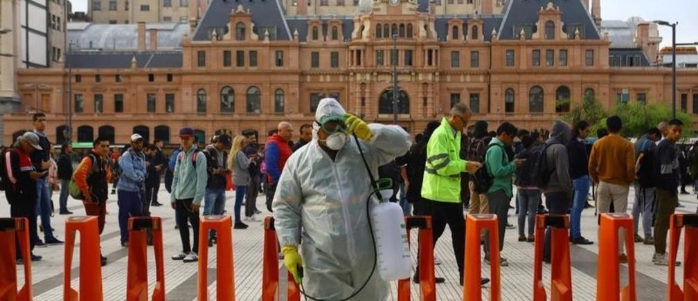 Desinfección de coronavirus antes de entrar en uno de los edificios más importantes de la ciudad en Buenos Aires, Argentina, en respuesta al brote de epidemia COVID19.