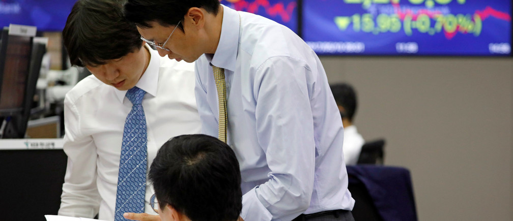 Currency dealer work in front of an electronic board showing the Korea Composite Stock Price Index (KOSPI), at a dealing room of a bank in Seoul, South Korea May 10, 2017.   REUTERS/Kim Hong-Ji - RC1DA6E85420