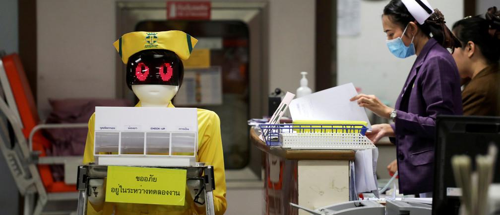 Un robot con un traje de enfermera lleva documentos médicos en el Hospital General de Mongkutwattana en Bangkok, Tailandia, 6 de febrero de 2019.