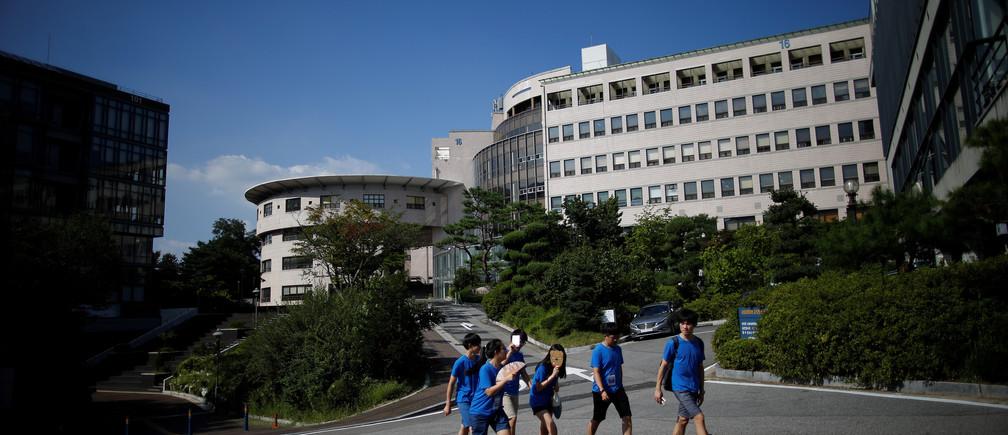 Students walk in the Seoul National University in Seoul, South Korea, August 4, 2016.  REUTERS/Kim Hong-Ji                         AUNI - RTSL47N
