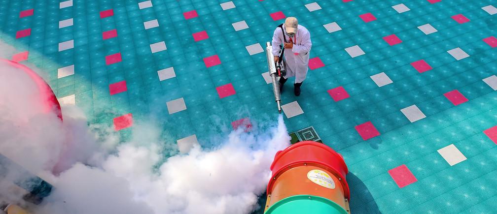 Un trabajador desinfecta el equipo del patio de recreo dentro de un jardín de infantes ya que el regreso de los estudiantes se ha retrasado debido al nuevo brote de coronavirus, en Ganzhou, provincia de Jiangxi, China 2 de marzo de 2020.