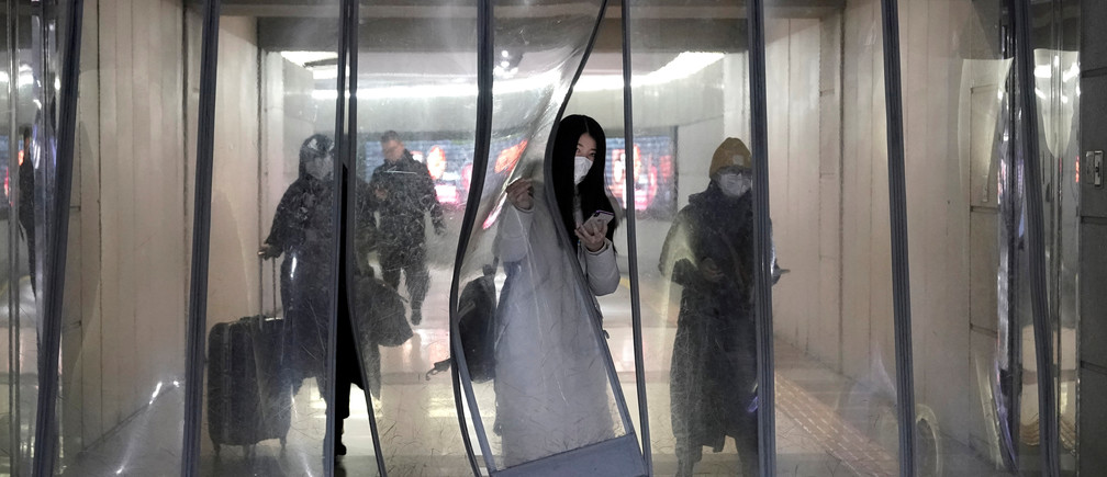 People wearing masks walk through an underground passage to the subway in Beijing, China January 21, 2020. REUTERS/Jason Lee     TPX IMAGES OF THE DAY - RC26KE9A7FS9