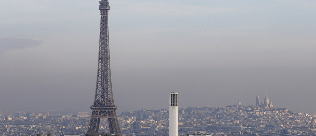 The Eiffel Tower is surrounded by a small-particle haze which hangs above the skyline in Paris, France, December 16, 2016. REUTERS/Jacky Naegelen - RTX2VB6K