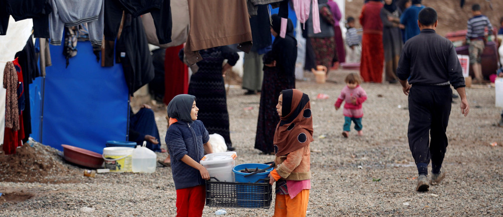 Displaced Iraqis, who fled the Islamic State stronghold of Mosul, gather at Khazer camp, Iraq December 26, 2016. REUTERS/Khalid al Mousily - RTX2WIXE