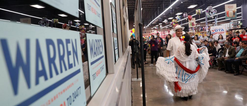 Los bailarines realizan un baile latino tradicional en el evento comunitario Mi Familia Vota de la candidata presidencial demócrata por los Estados Unidos, la senadora Elizabeth Warren, en el Mercado Cárdenas en Las Vegas, Nevada, EE. UU., 17 de febrero de 2020.