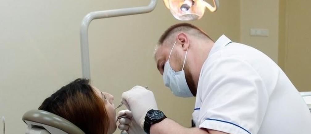 Dentist Dmitry Trapeznikov works in his office in Tver, Russia April 20, 2016. To match RUSSIA-CRISIS/TVER. REUTERS/Alexander Reshetnikov