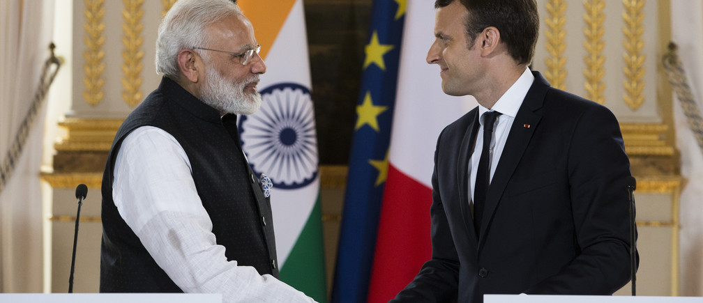 French President Emmanuel Macron (R) and Indian Prime Minister Narendra Modi, shake hands at the end of a  joint statement after their meeting at the Elysee Palace in Paris, France, June 3, 2017. REUTERS/Kamil Zihnioglu/Pool - UP1ED6313KNGA