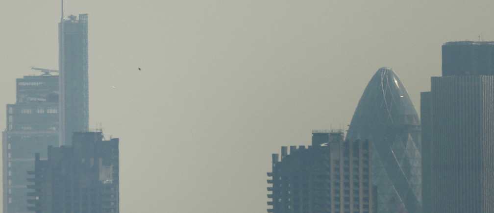 Smog surrounds the City of London April 1, 2014.  Britain's Meteorological Office has forecast London to be affected by smog this week, caused by powerful dust storms and strong winds in the Sahara.  REUTERS/Suzanne Plunkett (BRITAIN - Tags: ENVIRONMENT CITYSCAPE) - LM1EA4115HO01