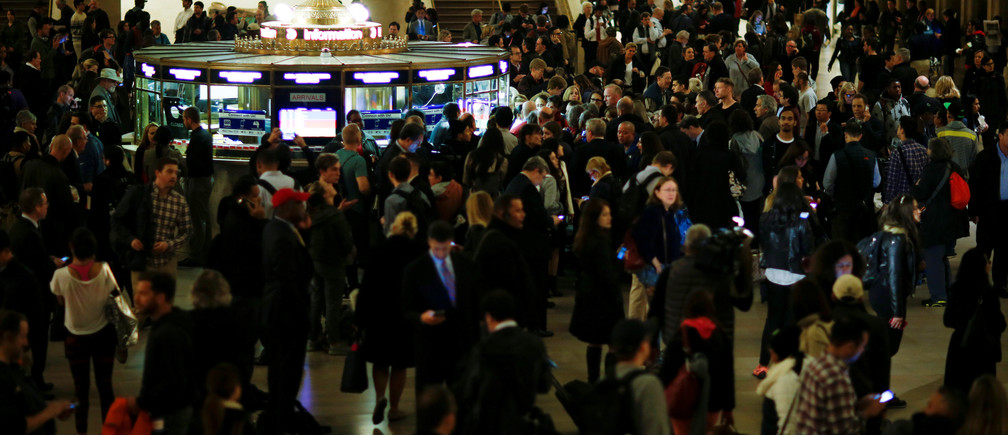 Stranded commuters fill Grand Central Terminal after commuter rail service in and out of the terminal was suspended during the evening rush hour on Tuesday due to a fire under a section of elevated tracks, in New York, United States, May 17, 2016.  REUTERS/Eduardo Munoz - S1BETERFQGAA
