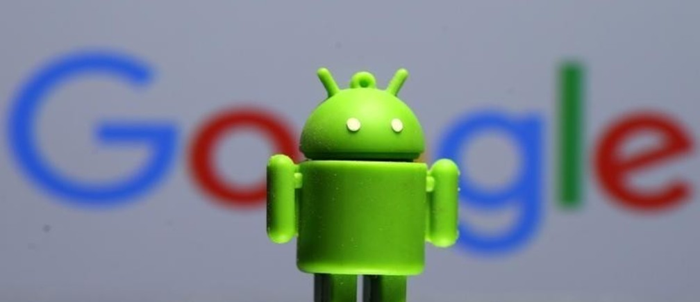 A 3D printed Android mascot Bugdroid is seen in front of a Google logo in this illustration taken July 9, 2017. Picture taken July 9, 2017.  REUTERS/Dado Ruvic/Illustration - RC1B112FBA80