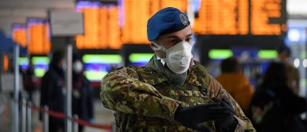 Soldado en la estación de tren Termini, en Italia, durante la cuarentena por la pandemia COVID-19. 23 de marzo 2020.