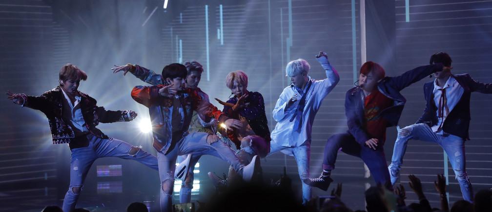 "2017 American Music Awards – Show – Los Angeles, California, U.S., 19/11/2017 – BTS performs ""DNA."" REUTERS/Mario Anzuoni - HP1EDBK0BM9T5"