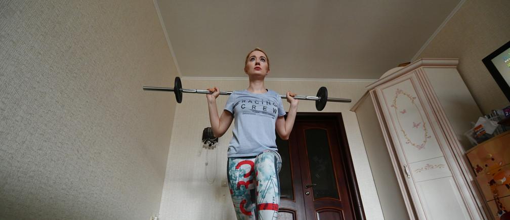 Evgenia Pivovarova s'exerce chez elle, dans la ville de Rostov-sur-le-Don, au sud de la Russie, le 22 mars 2020.
