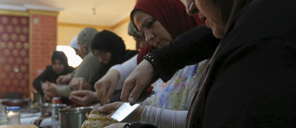 Syrian, Iraqi and Sudanese refugees attend a cooking class in Cairo.