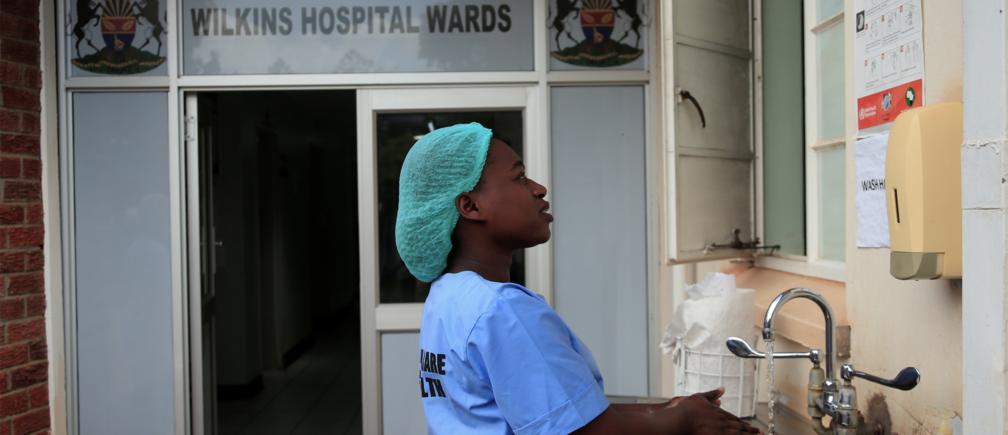 Preparándose para el coronavirus: Una trabajadora de la salud se lava las manos en un hospital de Harare, Zimbabwe
