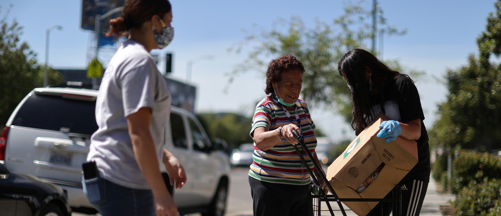 Volunteers hand out fresh produce boxes at a food bank amidst the spread of the coronavirus disease (COVID-19) in Los Angeles, California, U.S., June 10, 2020.  REUTERS/Lucy Nicholson - RC2L6H9LCYKK