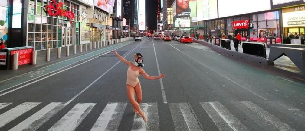 La performer y bailarina de ballet Ashlee Montague en Nueva York lleva una máscara protectora en Times Square durante el brote de enfermedad COVID-19.