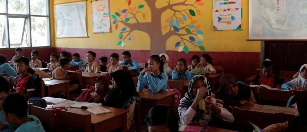Students sit in a classroom at Cikawao village in Majalaya, West Java province, Indonesia, September 23, 2017. REUTERS/Beawiharta - RC161B9B0000