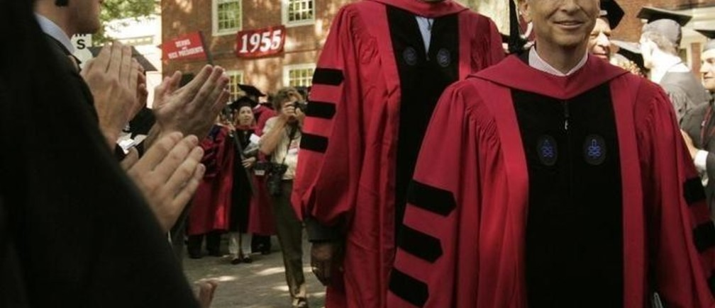 Honorary degree recipients former Boston Celtics star Bill Russell (C) and chairman of Microsoft Corporation Bill Gates (R) walk past graduation students during the 356th Commencement Exercises at Harvard University in Cambridge, Massachusetts June 7, 2007.   REUTERS/Brian Snyder (UNITED STATES)